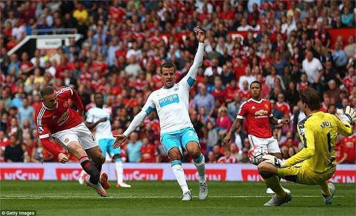 Ngay phút thứ 8, Rooney đã có tình huống thoát xuống đối mặt với thủ môn Tim Krul của Newcastle