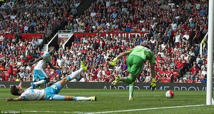 Cuối trận, Man Utd còn suýt thua trận khi Thauvin chỉ thiếu 1 chút nữa là chạm chân, đưa bóng vào lưới trống