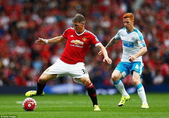 Cũng trong trận đấu với Chích chòe, Schweinsteiger đã có lần đầu tiên ra sân chính thức, thay Carrick
