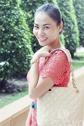 Thu Minh sang trọng và đẳng cấp với túi xách Chanel có giá gần 100 triệu đồng.