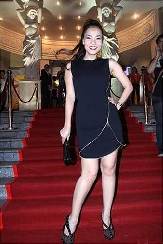 Nữ ca sĩ nổi bật với bóp cầm tay Christian Louboutin giá 2.000 USD.
