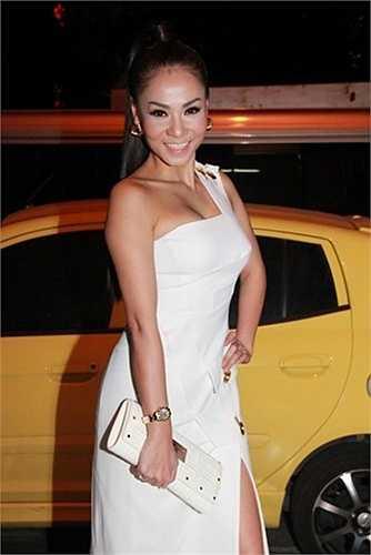 Chiếc ví mang thương hiệu Versace của cô có giá hơn 40 triệu đồng.