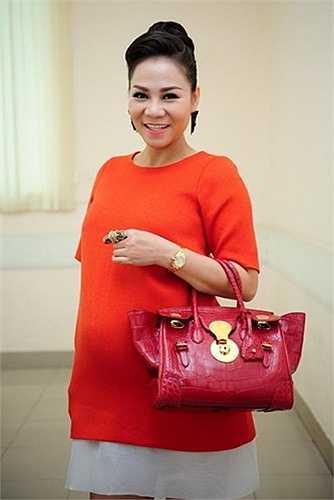Nữ ca sĩ 'Đường cong' từng đeo túi xách hiệu Ralph Lauren có giá 22.000 USD đi chấm vòng loại Vietnam Idol ở TP HCM.