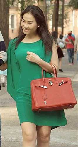Thu Minh dạo phố với chiếc túi Hermes màu đỏ cam trị giá khoảng 17.900 USD.