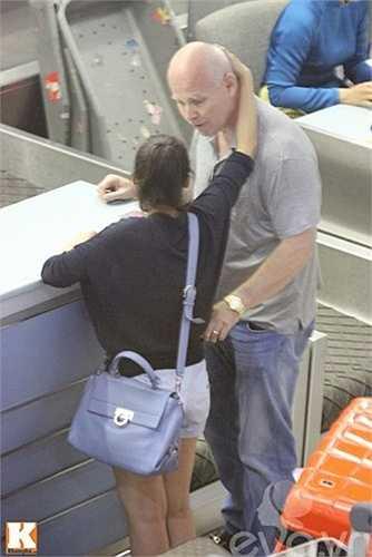 Chiếc túi cũng thuộc thương hiệu Salvatore màu xanh có giá hơn 50 triệu đồng được Thu Minh yêu thích và thường xuyên sử dụng.