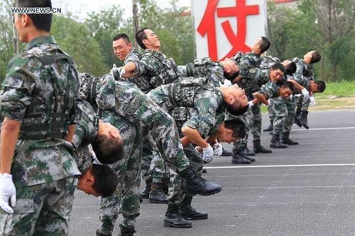 Binh sĩ Trung Quốc biểu diễn võ thuật