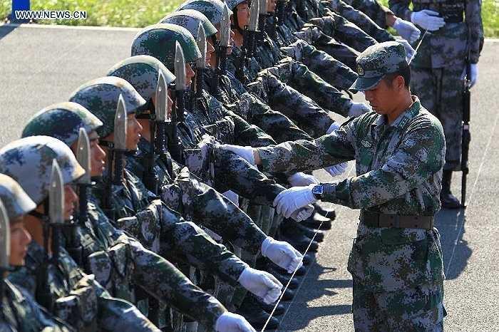 Một chỉ huy quân đội chỉnh lại đội hình duyệt binh
