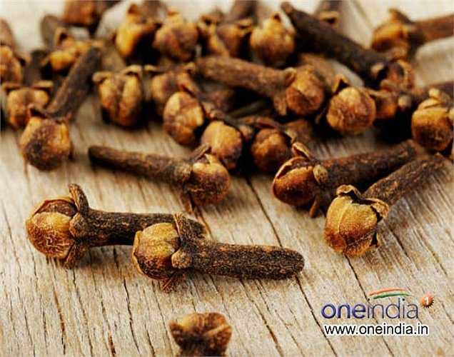 Đinh hương: Quấn đinh hương nóng trong một chiếc khăn tay. Hít mùi thơm của đinh hương trong một phút, và bạn sẽ thấy cơn đau đầu của bạn biến mất.