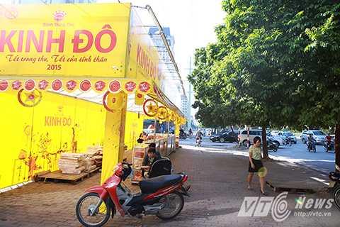 Ngày 20/8, Ủy ban Nhân dân thành phố Hà Nội cho biết, nhằm thực hiện tốt năm trật tự văn minh đô thị 2015, mùa Trung Thu năm nay, Hà Nội kiên quyết không cấp phép cho doanh nghiệp hay hộ kinh doanh bán bánh Trung Thu trên vỉa hè.