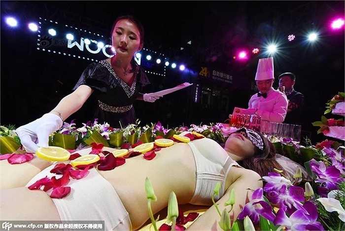 Một nhà hàng ở Trung Quốc đã thu hút khách hàng bằng cách bày sushi trên cơ thể người mẫu