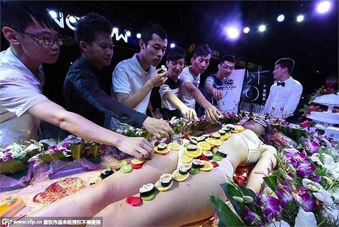 Khách hàng thi nhau ăn món sushi trong lần hiếm hoi bày trên cơ thể người mẫu