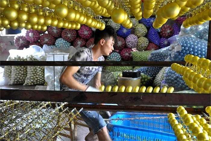 Cứ 3 sản phẩm Giáng sinh trên thế giới thì lại có 2 sản phẩm được sản xuất và lắp ráp ở thành phố Yiwu của Trung Quốc. (Nguồn: CCTVNews)