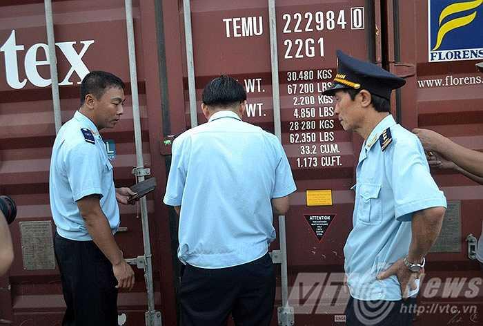 Qua khám xét 3 Container do tàu vận chuyển Marine Bia chuyển đến cảng Tiên Sa – Đà Nẵng ngày 11/8/2015 thì phát hiện 2 Container chứa gỗ, ván gỗ