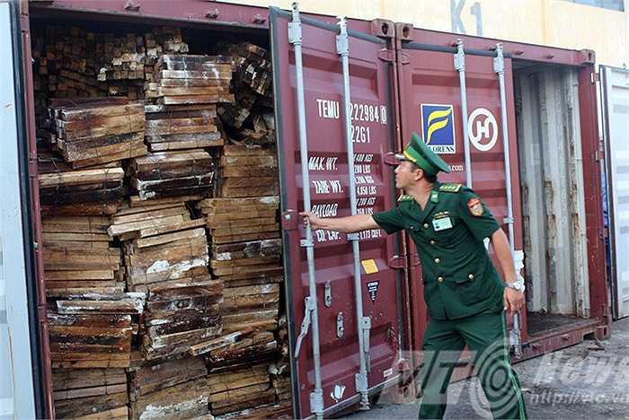 1 Container còn lại chứa 63 bao tải xếp lẫn với gỗ.