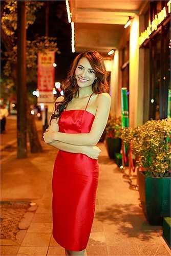 Với gương mặt xinh đẹp cùng vóc dáng gợi cảm, Hồng Quế đã chọn cho mình đầm  đỏ ôm sát với những khoảng hở 'chết người' ở phía lưng.