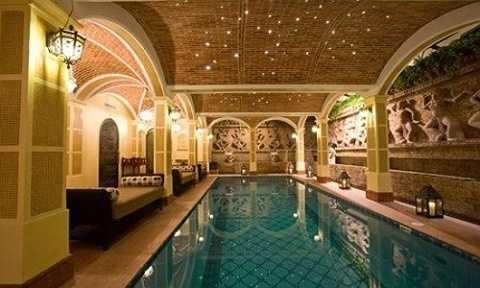 Ngoài ra, bể bơi dát vàng mang phong cách Ả rập vô cùng sang trọng, tô điểm bằng dàn đèn sao huyền bí như trong cung điện hoàng gia trong nhà người đẹp Ngô Mỹ Uyên cũng vô cùng nổi bật.