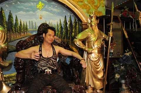 Ca sĩ Ngọc Sơn cũng là người mê dát vàng trong nhà. Cơ ngơi của Ngọc Sơn đã ngốn 150 lượng vàng lúc bấy giờ.