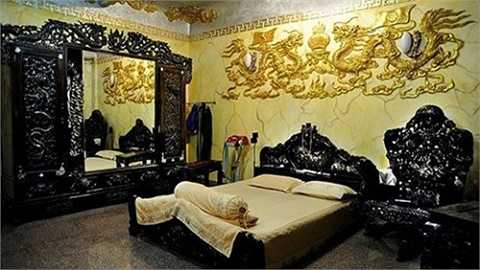 Căn nhà có diện tích 300 m2, nhiều hoa văn trang trí, đồ nội thất được trạm trổ, dát vàng cầu kỳ và có phần rối mắt.