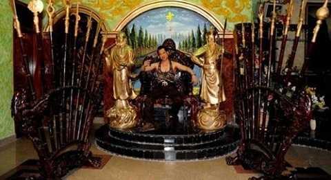 Nam ca sĩ sở hữu nhiều món đồ trang trí khá đắt đỏ, như bộ tượng dát vàng, ghế gỗ quý hiếm. Tuy nhiên, cách nam ca sĩ này bài trí chúng thì 'không giống ai'.