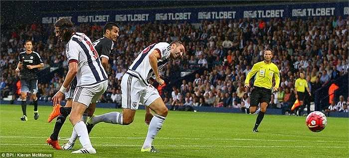 Mourinho xếp Pedro đá chính ngay từ đầu và anh ngay lập tức ghi bàn cho The Blues