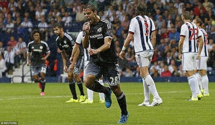 Hậu vệ này lao lên đón được trả ngược của Costa, đá nối nhanh hiểm hóc, ghi bàn quyết định cho Chelsea