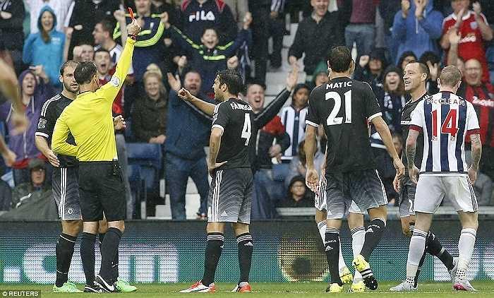 Fabregas cũng chưa để lại bất cứ dấu ấn nào từ đầu mùa giải. Mourinho chưa phát huy được khả năng của F4 như ở mùa giải trước