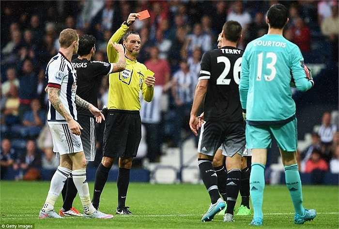 Còn sang hiệp 2, John Terry bị thẻ đỏ