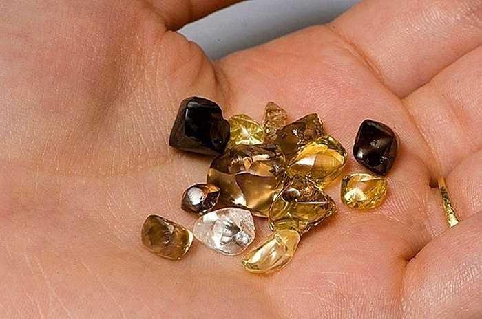 Những viên kim cương ở đây được tìm thấy rất nhỏ, nhưng đôi khi may mắn cũng tìm được những viên tới vài carat