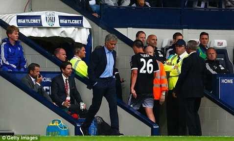 Mourinho không thèm nhìn mặt Terry