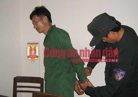 Lực lượng công an bắt giữ đối tượng Vũ Văn Đản.