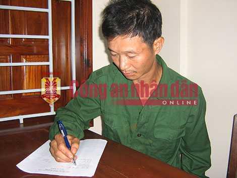 Đối tượng Vũ Văn Đản ngồi viết tường trình về vụ việc.