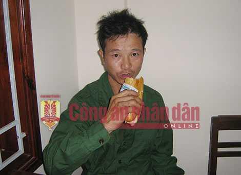 Tên sát nhân này vẫn bình thản ngồi ăn bánh mì sau khi gây thảm án.