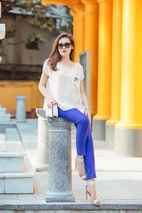 Dễ dàng nhìn thấy điều này qua sự kết hợp của chiếc váy LBD với một đôi sandal đơn giản màu xanh cobalt và một chiếc túi size mini. Với thiết kế chân váy cũng vậy, điểm nhấn chỉ là một cách điệu nhỏ hình một chiếc túi ở bên sườn. Trong khi đó, với thiết kế quần màu xanh dài cũng không quá cầu kỳ. Bộ ảnh được thực hiện với sự hỗ trợ của stylist Tân Đà Lạt, nhiếp ảnh gia Như Hoàn, chuyên viên trang điểm Quách Ánh và nhà thiết kế Xuân Lê.