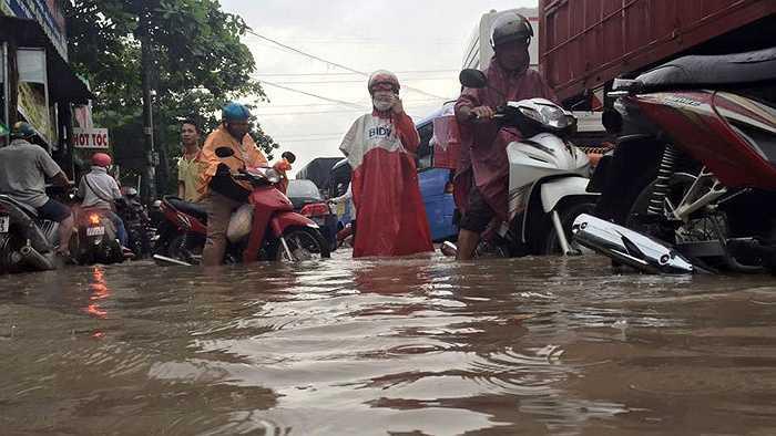 Tại vòng xoay Biên Hùng, đường 30/4 và Hà Huy Giáp, nước ngập sâu làm nhiều phương tiện qua đây chết máy.