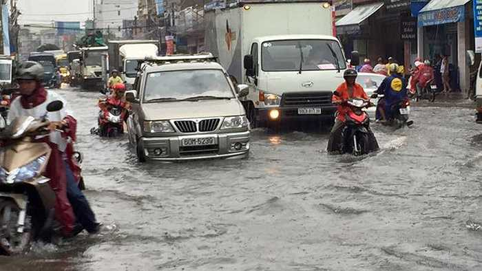 Chỉ sau 1 tiếng mưa lớn, TP. Biên Hòa như chìm trong biển nước. (Nguồn: Thanh niên)