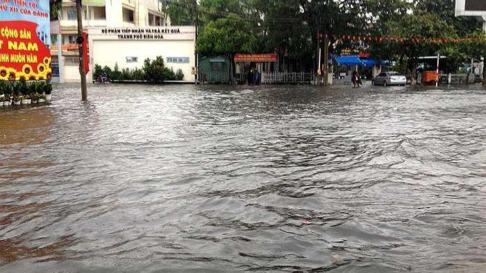 Đường phố ngập như sông...