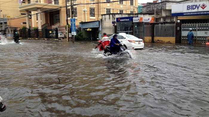 ... Nước ngập đến nửa bánh xe