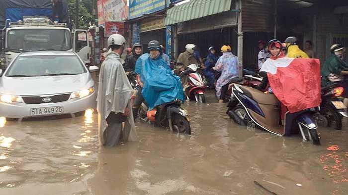 Nhiều đoạn đường khác như Phạm Văn Thuận, Nguyễn Ái Quốc, Bùi Văn Hòa... bị ngập sâu làm các phương tiện chết máy la liệt, giao thông ùn ứ.