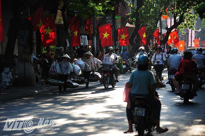 Sắc cờ đỏ thắm đã tung bay trên hầu khắp các con phố ở Hà Nội.