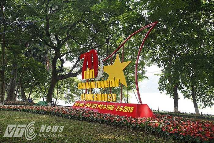 Khu vực trung tâm Thủ đô, ven hồ Gươm, những tấm áp phích, dòng chữ mang nội dung kỉ niệm ngày lễ lớn của đất nước đã được dựng lên.