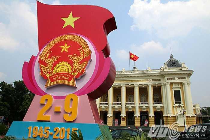 Nhà hát Lớn Hà Nội và quảng trường Cách mạng tháng Tám, nơi diễn ra cuộc mít tinh lớn, mở đầu tổng khởi nghĩa giành chính quyền ở Hà Nội 70 năm trước.