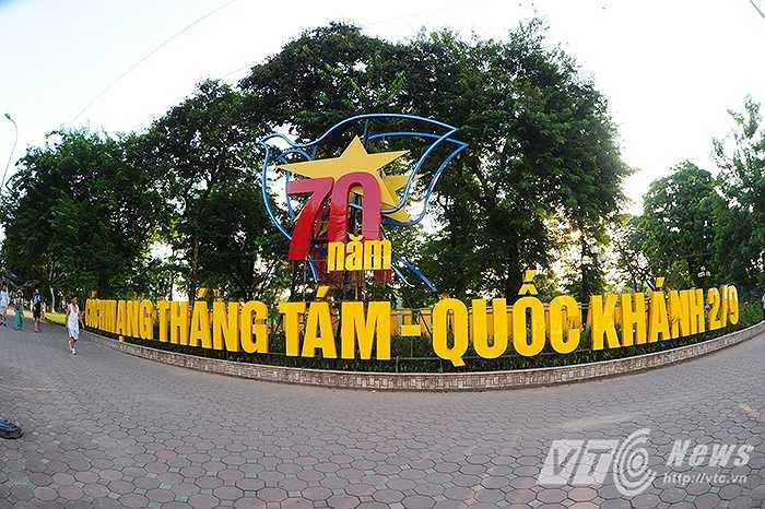 Dòng chữ kỷ niệm 70 năm Cách mạng Tháng Tám và Quốc khánh 2/9 (19/8/1945 - 19/8/2015 và 2/9/1945 - 2/9/2015) nổi bật bên Hồ Hoàn Kiếm.