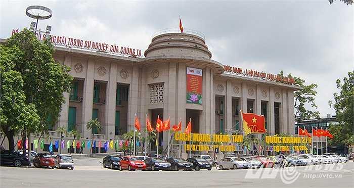 Trước cửa Ngân hàng Nhà nước Việt Nam.