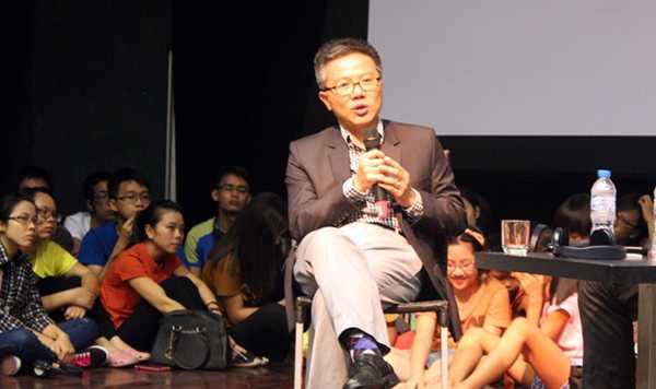 GS Ngô Bảo Châu chia sẻ với hàng trăm bạn trẻ Thủ đô tối 24/8 (Ảnh: Nguyễn Tâm)