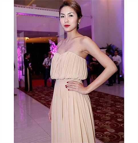 Dù nhiều lần bị coi là người đẹp 'ngực lép' nhưng Hà Tăng vẫn luôn tự tin diện những chiếc váy cúp ngực.