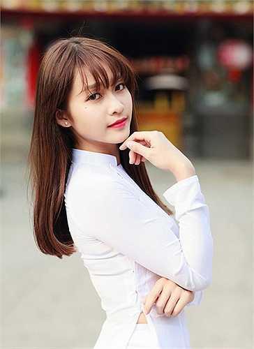 Người đẹp này thường chọn những bộ trang phục kín đáo để khoe gương mặt xinh hơn là để lộ cơ thể.