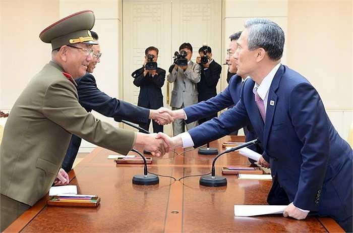 Tham dự cuộc hội đàm, phía Hàn Quốc cho biết các đại diện của Seoul bao gồm cố vấn an ninh quốc gia Kim Kwang-jin và Bộ trưởng Thống nhất Hong Yong-pyo