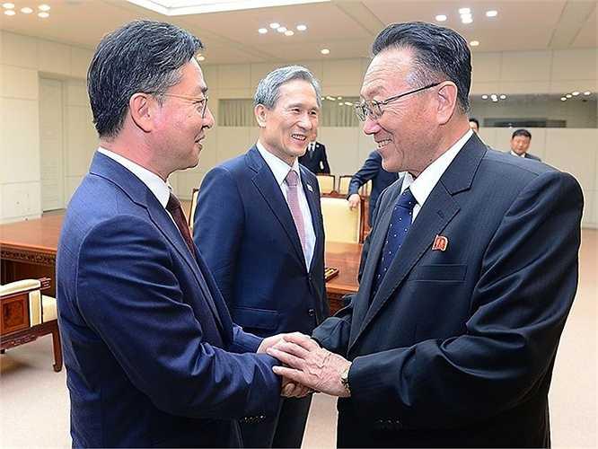 Trong khi đó, Triều Tiên sẽ cử hai quan chức cấp cao Hwang Pyong-so và Kim Yong-gon