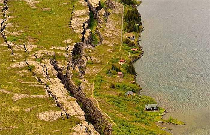 Thung lũng Silfira nằm ở hồ Thingvallavatn tại vườn quốc gia Thingvellir ở Iceland cũng là đường phân chia giữa hai lục địa Á - Âu và Mỹ