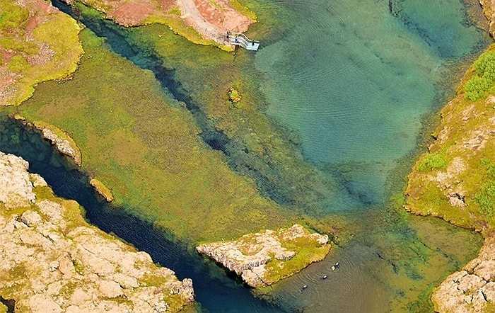 Thung lũng Silfra giống như một vết nứt. Các phiến đá tách ra và khoảng cách này nới rộng 2cm mỗi năm